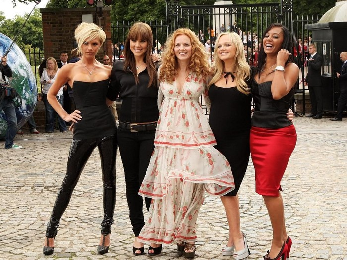 LONDON - JUNE 28:  Spice Girls (L-R) Victoria Beckham, Melanie Chisholm (Mel C), Geri Halliwell, Emma Bunton and Melanie Brown (Mel B) pose at a photocall at the Royal Observatory, Greenwich ahead of their news conference later today on June 28, 2007 in London, England.  (Photo by Getty Images)