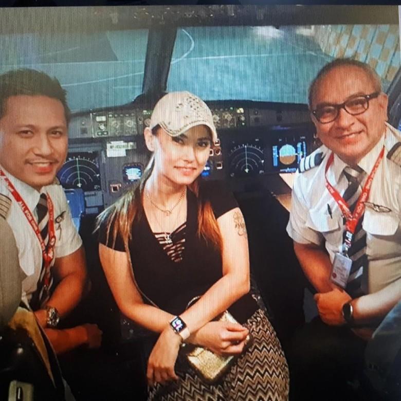 Foto Diapit Pilot di Kokpit, Maria Ozawa: Touch Down Bali!