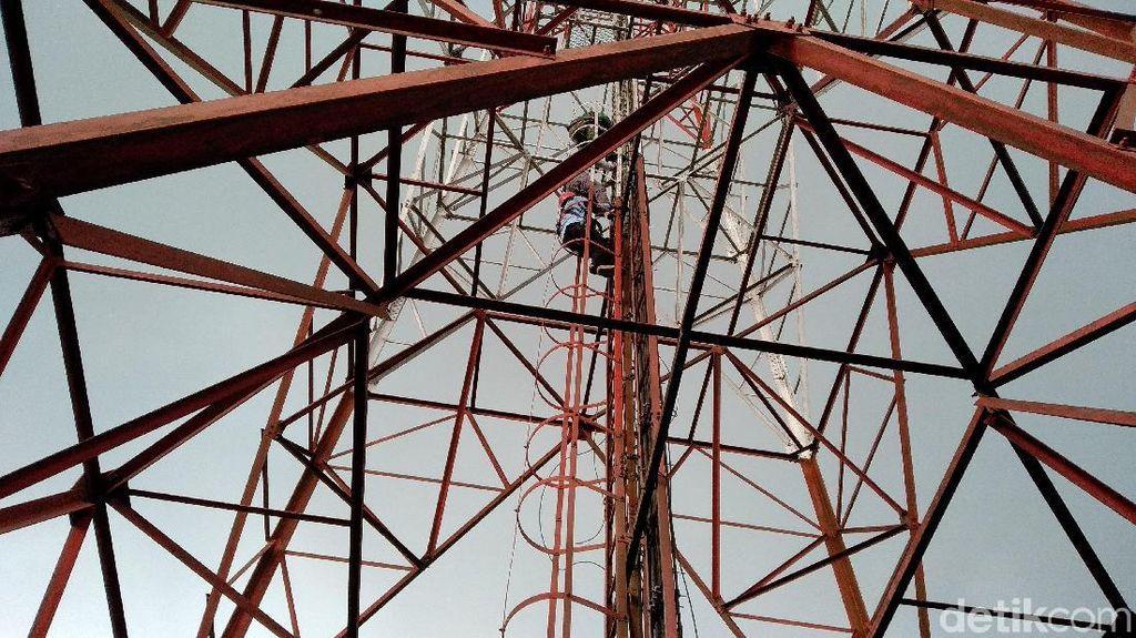 Setelah 6 Jam, Pria yang Nekat Panjat Tower di Malang Dievakuasi