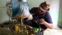 Di Tangan Warga Jombang, Limbah Kayu Disulap Jadi Miniatur Kapal