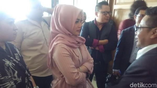 Hakim Beri Waktu Sebulan untuk Charly Van Houten-Istri Mediasi