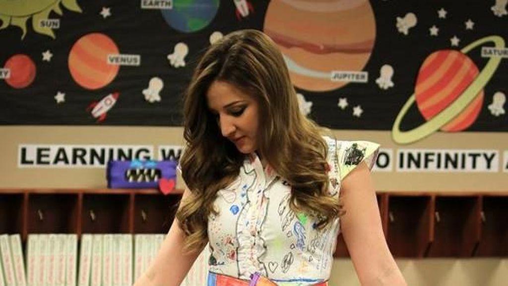 Pakai Gaun yang Dicorat-coret Murid, Guru Cantik Ini Terlihat Memukau