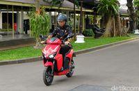 Jokowi naik motor listrik Gesits.