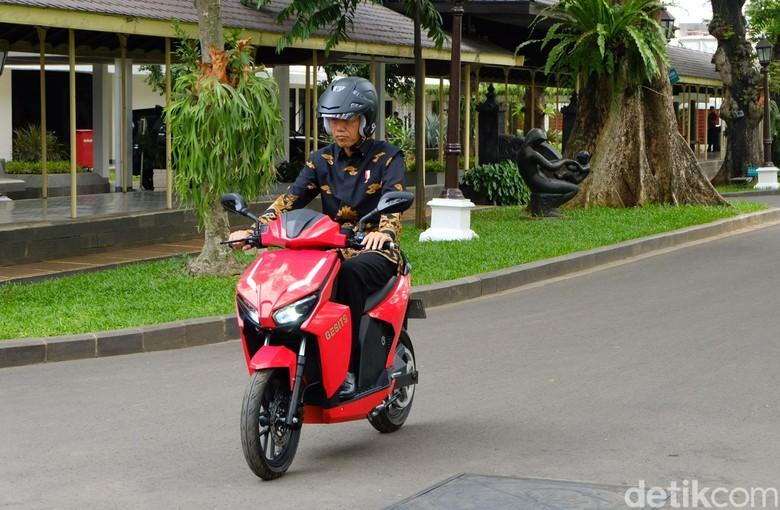 Jokowi saat menjajal motor listrik Gesits. Foto: Andhika Prasetia