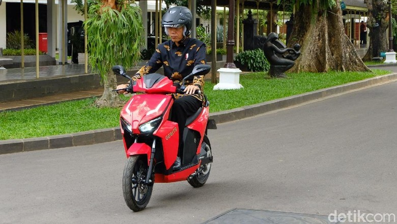 Jokowi saat menjajal motor Gesits bulan November lalu (Foto: Andhika Prasetia)