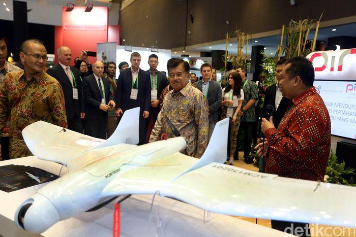 JK menerangkan, industri pertahanan dibutuhkan untuk kemandirian. Apalagi, Indonesia sempat mengalami kesulitan mendapatkan alat utama sistem senjata (alutsista) di tahun 1990-an.
