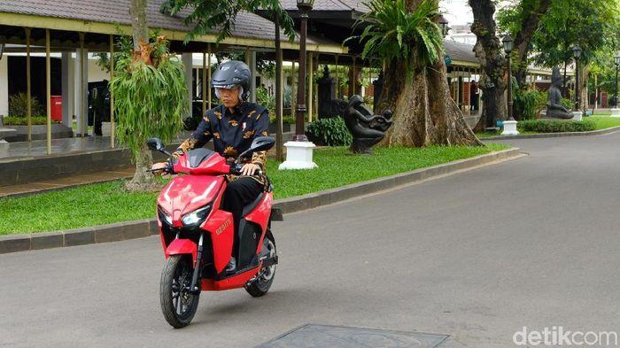 Foto: Presiden Jokowi menjajal motor listrik, Gesits. (Andhika-detikcom)