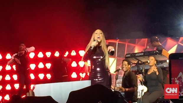 Aksi Mariah Carey saat tampil di Candi Borobudur.