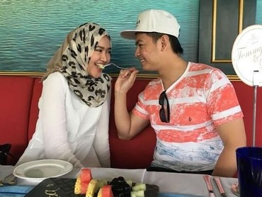 Romantis banget Tommy Kurniawan menyuapi istrinya. Bunda juga seperti ini dengan Ayah? (Foto: Instagram @tommykurniawann)