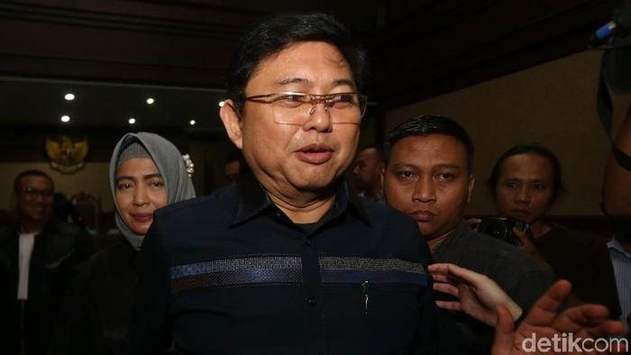 Lucas menjalani sidang perdana di Pengadilan Tipikor Jakarta, Rabu (7/11/2018). Pengacara tersebut sempat mengcungkan kedua jempolnya sebelum sidang.