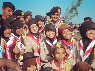 Berpose dengan para siswa-siswi di salah satu sekolah menengah di Indramayu. (Foto: Instagram @annasophanah)