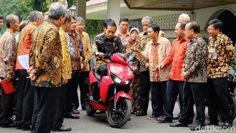 Jokowi saat mencoba Gesits (Foto: Andhika Prasetia)