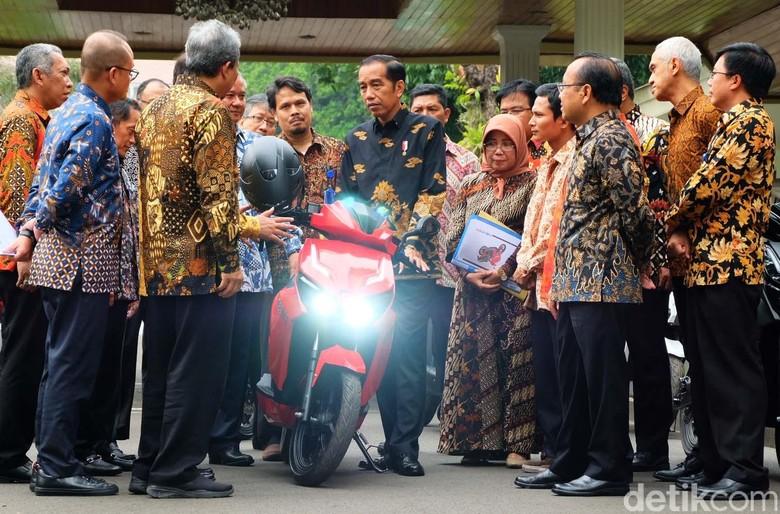 Jokowi saat menjajal motor Gesits (Foto: Andhika Prasetia)