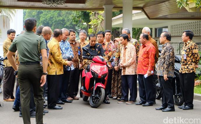 Jokowi Jajal Motor Listrik Gesits