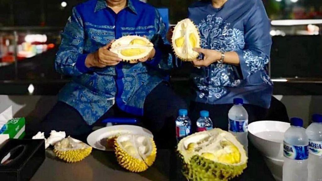Ani Yudhoyono dan Mayangsari Asyik Cicip Durian, Mana yang Paling Legit?