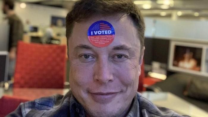 Elon Musk memamerkan dirinya sudah memilih di pemilu sela Amerika Serikat. Foto: Twitter/elonmusk