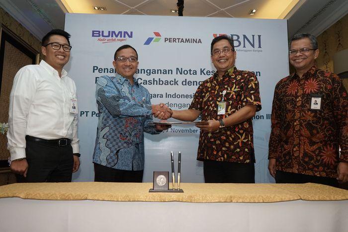Wakil Pemimpin Divisi Bisnis Kartu BNI Iwan Dewanto (kedua kiri) bersama Retail Fuel Marketing Manager III Pertamina Nurhadiya (kedua kanan) didampingi Pemimpin Divisi Bisnis Kartu BNI Okki Rushartomo (kiri) dan Pemimpin Divisi Manajemen Produk Konsumer BNI J Donny Bima Herjuno (kanan) sedang menandatangani kerja sama Program Promo BNI untuk Pembelian BBM di SPBU Pertamina pada Rabu, 7 November 2018 di Jakarta.