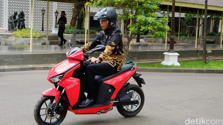 Jokowi saat naik motor listrik Gesits. Foto: Presiden Jokowi menjajal motor listrik, Gesits. (Andhika-detikcom)