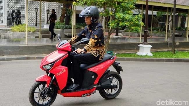 Jokowi saat tunggangi Gesits. Foto: Presiden Jokowi menjajal motor listrik, Gesits. (Andhika-detikcom)