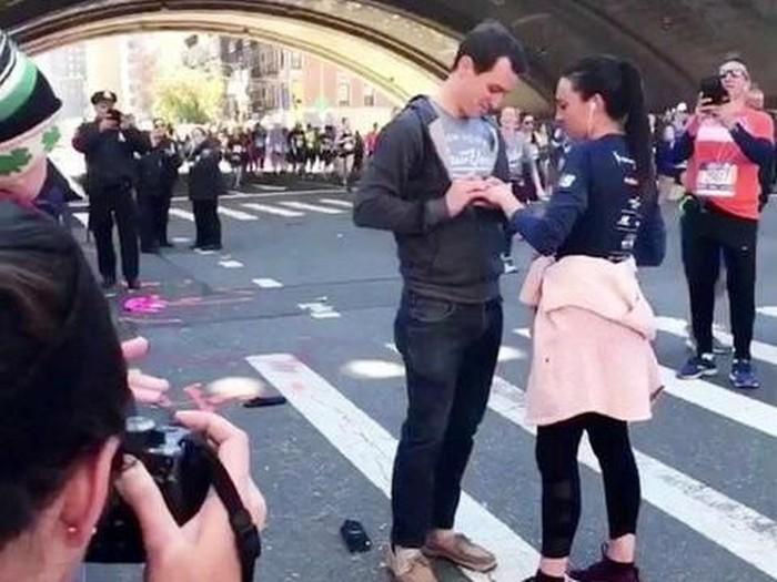 Kisah pria melamar kekasihnya saat maraton. Foto: Istimewa