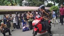 Jajal Motor Listrik Gesits di Istana, Jokowi: Bagus Banget!