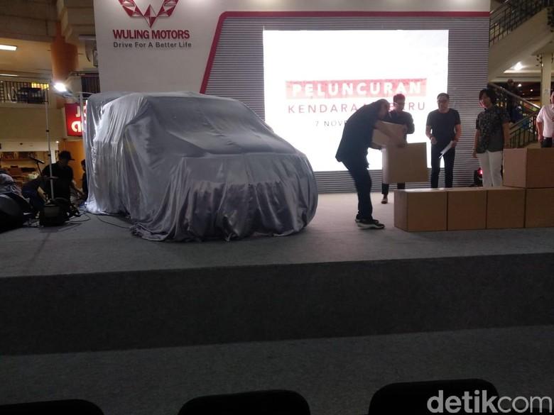 Mobil Baru Wuling Masih Ditutupi sebelum diluncurkan. Foto: Luthfi Anshori