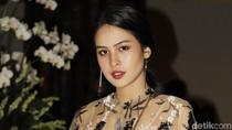 Foto: Adu Gaya Artis Indonesia di Fashion Show Biyan