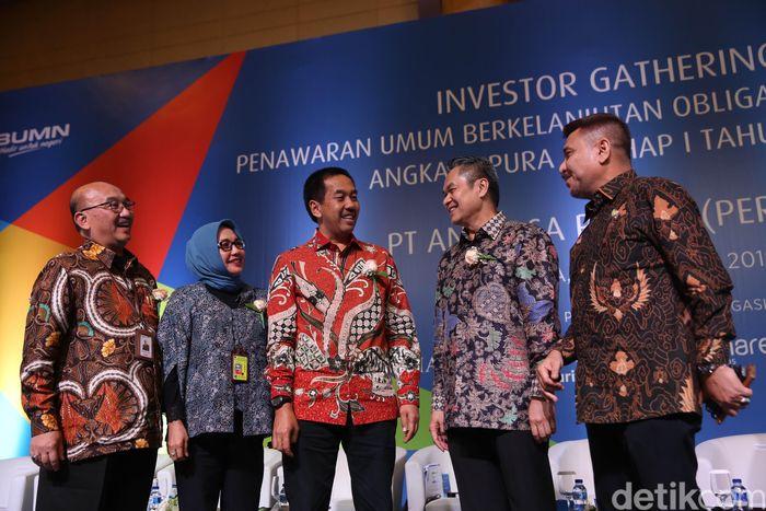 Direktur Utama PT Angkasa Pura II (Persero) Muhammad Awaluddin (tengah) berjalan beriringan dengan Direktur Teknik dan Operasi Djoko Murjatmodjo (kiri), Direktur SDM, Umum & IT Tina T. Kemala Intan (kedua kiri), Direktur Keuangan Andra Y. Agussalam (kedua kanan) dan Direktur Komersial Daan Achmad, usai Investor Gathering dalam rangka Penawaran Umum Obligasi Berkelanjutan, di Jakarta, Rabu (7/11/2018).