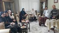 Momen Rizeq saat kumpul bersama handai tolan. Tampak putri-putri Rizieq ada di sebelah kiri (Foto: Istimewa)