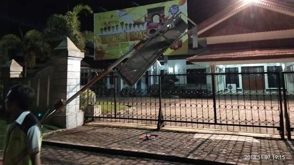 Penampakan Tiang Lampu Bandara Bengkulu Bengkok Disenggol Lion Air