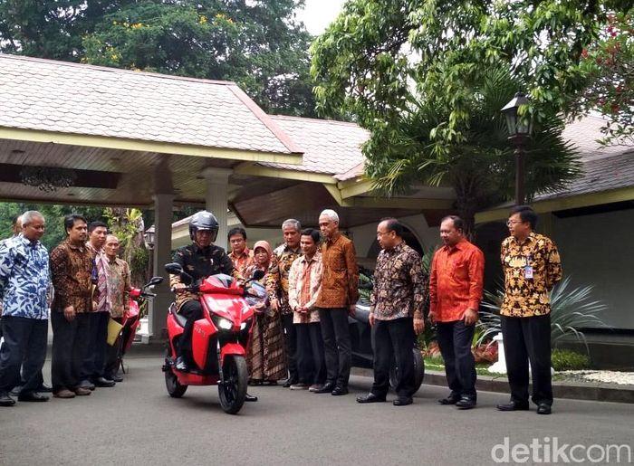 Presiden Joko Widodo (Jokowi) menjajal motor listrik Gesits, produksi anak-anak Institut Teknologi Sepuluh Nopember (ITS). Jokowi pun memuji motor listrik buatan anak bangsa ini.