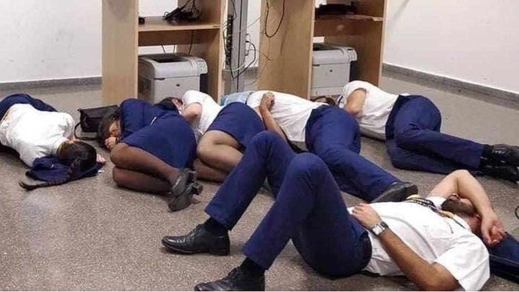 Ryanair Pecat Awak Kabin yang Tidur Semalaman di Lantai Bandara