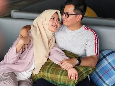 Walau hanya duduk di sofa, Tommy Kurniawan danLisya Nurrahmi terlihat bahagia ya. Ini bentuk quality time sederhana mereka. (Foto: Instagram @tommykurniawann)