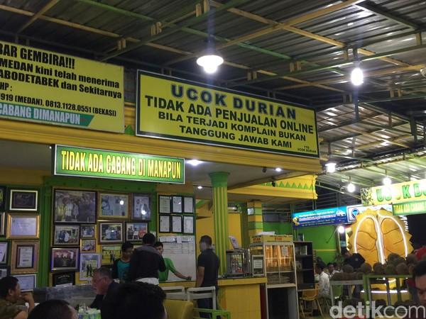 Berada di Jl Wahid Hasyim, Medan, Ucok Durian mudah dicapai dari Merdeka Walk. Durian yang tersedia di sini begitu populer di kalangan traveler pecinta durian. Daging duriannya tebal, berwarna kuning dan manis. Durian yang didapat, berasal dari kawasan di sekitar Medan. ( detikFood)