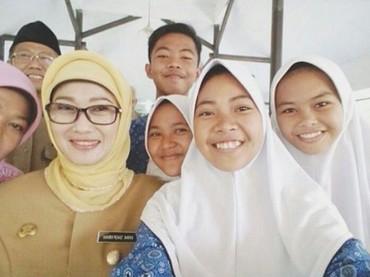 Nggak tanggung-tanggung,Anna Sophanahsenang wefie bareng siswa-siswi. (Foto: Instagram @annasophanah)