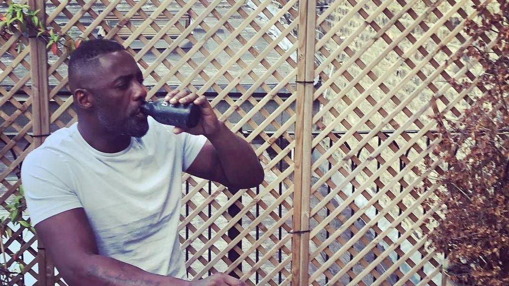 Ini Gaya Ngopi Idris Elba, Aktor yang Dinobatkan Sebagai Pria Terseksi di Dunia