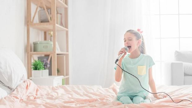 Ilustrasi anak menyanyikan lagu orang dewasa