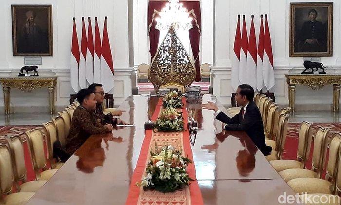 Dalam pertemuan itu Jokowi pun mengungkapkan rasa bangganya kepada Eko setelah berhasil meraih gelar juara dunia angkat besi. Ray Jordan/Dok. Detikcom.