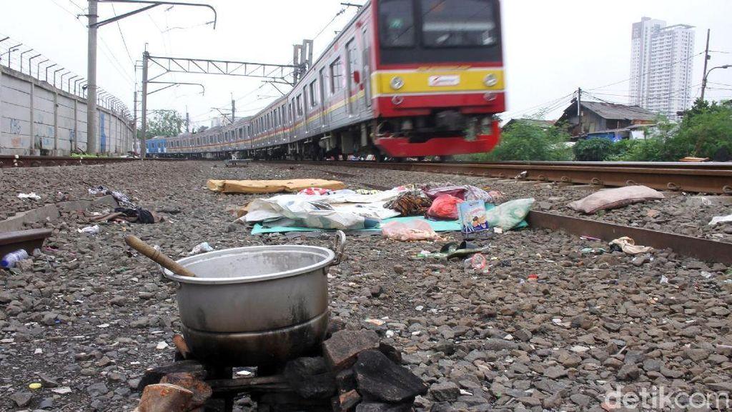 Kondisi Bantaran Rel Kereta Duri-Petamburan Kian Kumuh