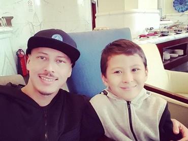 Kalau yang ini, Ayah Roland bersama si tengah Eze. (Foto: Instagram/ @pierrerolandc)