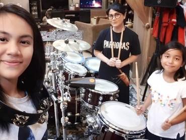 Tamara, Tjazkaya, dan sepupunya sering bermain musik di rumah lho. (Foto: Instagram @tamarageraldine74)