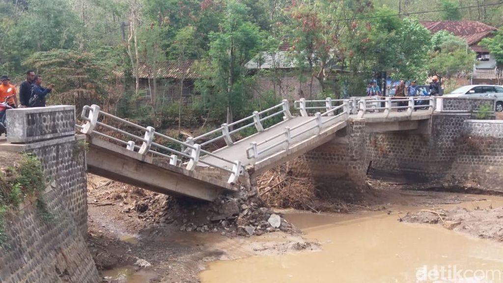 Tergerus Derasnya Hujan, Jembatan Antar Desa di Ponorogo Ambruk