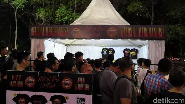 Lapak Merchandise Guns N Roses Digeruduk