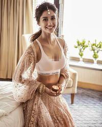 Disha Patani jadi kontroversi setelah pamer bra yang dipadu-padankan dengan saree saat Dilwali