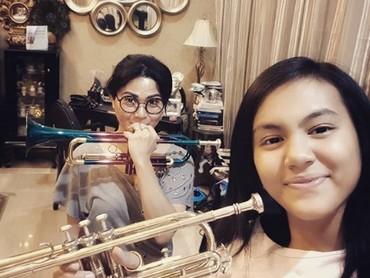 Selain drum, Tamara dan putrinya bisa memainkan trompet, lho. (Foto: Instagram @tamarageraldine74)