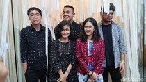 Foto: Gaya Stylish Dian Sastrowardoyo Pakai Batik Sejauh Mata Memandang