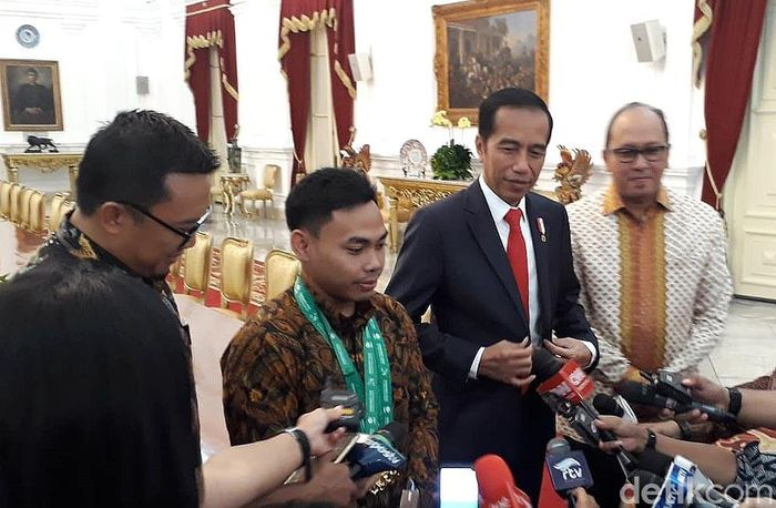 Lifter Indonesia Eko Yuli Irawan bertemu dengan Presiden Joko Widodo (Jokowi) di Istana Merdeka, Jakarta, Kamis (8/11/2018). Ray Jordan/Dok.Detikcom.
