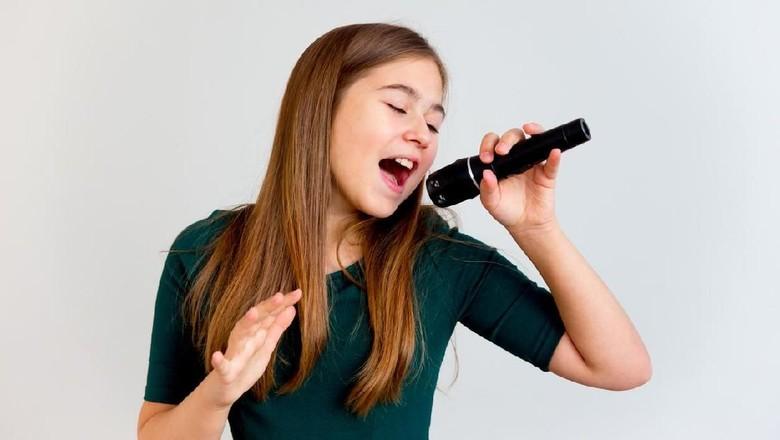 Ilustrasi anak nyanyikan lagu orang dewasa/ Foto: iStock