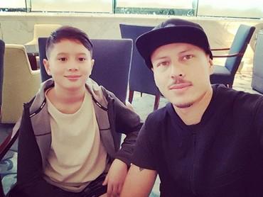 Ayah Rolland bersama si sulung Olie. Sama-sama ganteng ya, Bun. (Foto: Instagram/ @pierrerolandc)