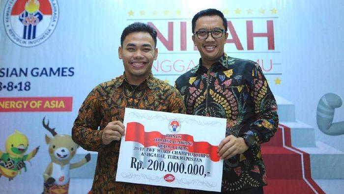 Eko Yuli Irawan diganjar bonus senilai Rp 450 juta dari Presiden dan Menpora setelah menjadi juara dunia. (dok. Humas Kemenpora)